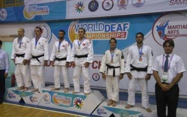Joana Santos e João Machado com medalha de bronze em Kata